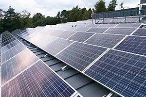 Aurinkopaneelien kiinnitys isoihin kiinteistöihin Smart asennustelineillä